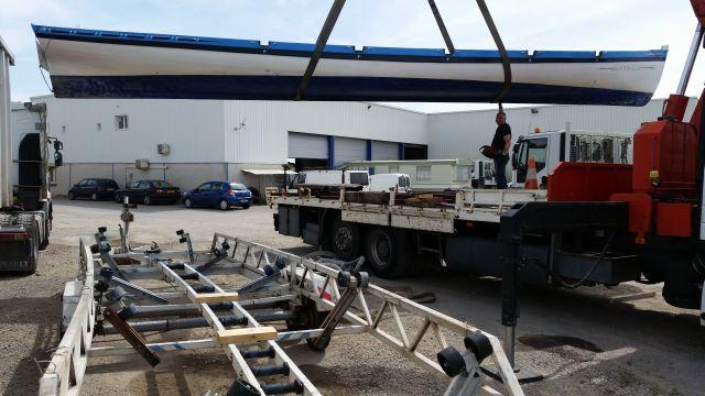 Transfert de la yole depuis sa remorque accidentée vers le camion qui va la rapatrier