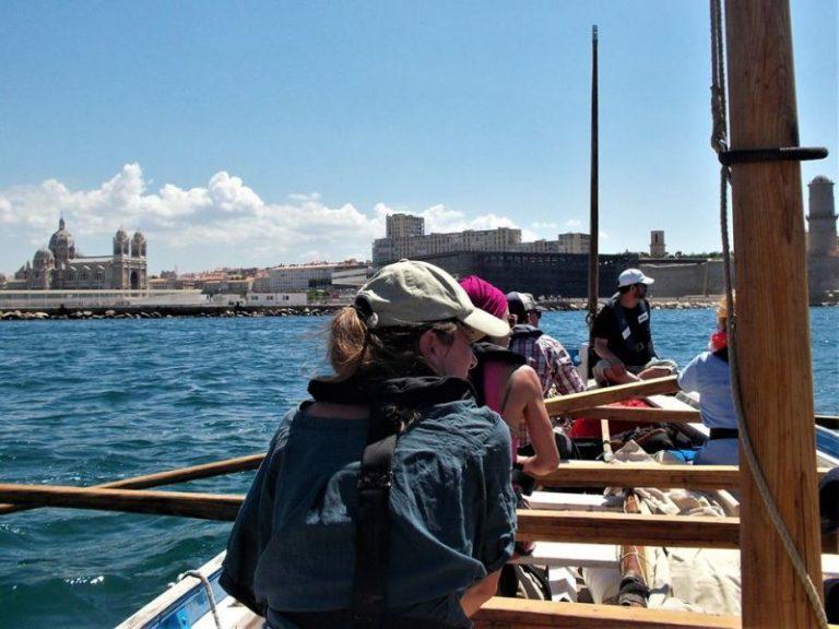 Massalia sort du Vieux Port de marqeille à l'aviron